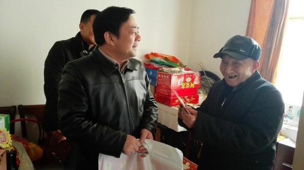 市文明办组织春节前走访慰问生活困难道德模范和身边好人