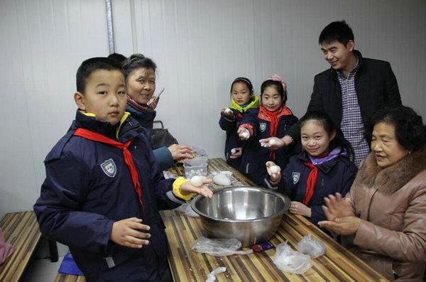 迎元宵佳节 品传统美味——连云港市师专二附小开展元宵节亲子活动