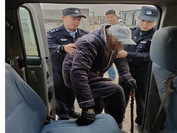 九旬老人独自外出迷路 民警帮其找到家人