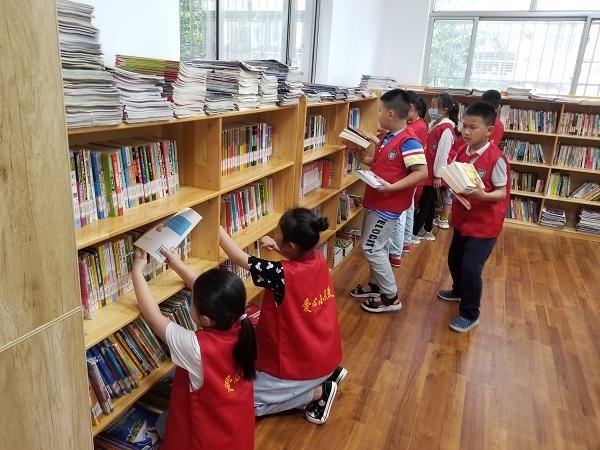美德之城·志愿同行|图书馆里的小小志愿者