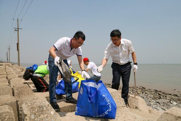 美德之城·志愿同行|世界海洋日 百名志愿者集体净滩